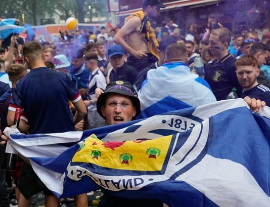Schotse fans vieren feest na het gelijkspel tegen Engeland.