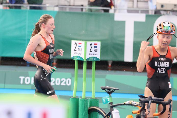 Maya Kingma (l) en Rachel Klamer in actie op de triatlon.