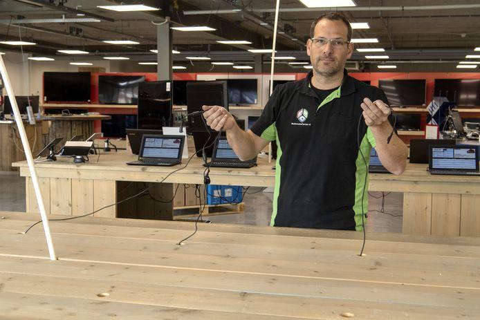 Lars Elferink in het winkelpand, waar hij net een paar dagen voor de inbraak naartoe was verhuisd met zijn Multimedia Center.