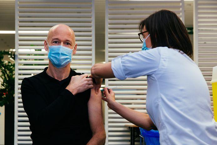Prof. dr. Geert Meyfroidt krijgt het vaccin toegediend.