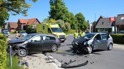 Twee gewonden na zware klap op kruispunt