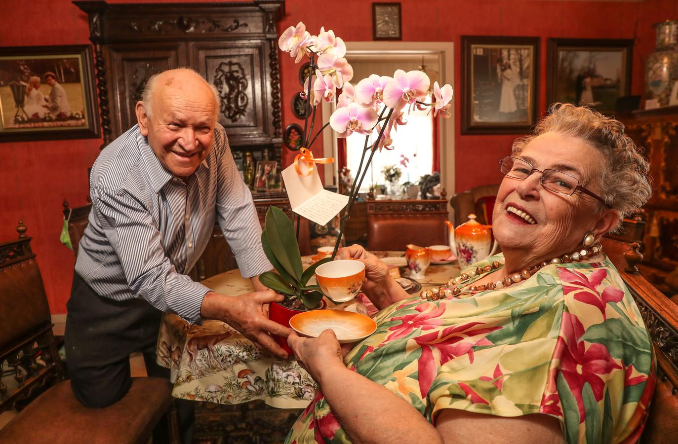 """Elk jaar vieren Willy en Leona de datum waarop ze een koppel werden. Aan de orchidee die Willy kocht, hangt een kaartje. """"Zesenzestig jaar gelden, onze eerste ontmoeting. Deze woensdagmiddag zal nooit vergeten worden."""""""