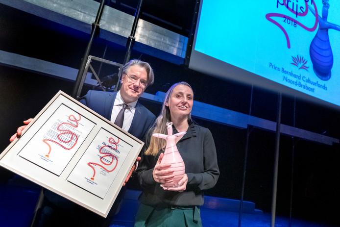 Pia Meuthen kreeg de Prins Bernhard Cultuurprijs uitgereikt door Commissaris van de Koning Wim van de Donk. Foto Marc Bolsius