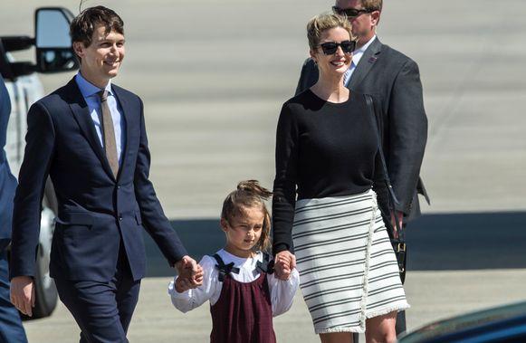 Ivanka Trump met haar man en dochter vlak voor ze de school in Orlando bezoekt.
