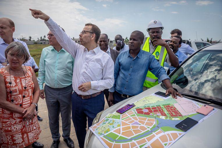 Peter van Tongeren geeft uitleg aan een Nederlandse delegatie bij de plannen om een moerassig deel van de stad met zand op te hogen zodat er een volkswijk gebouwd kan worden.   Beeld Sven Torfinn