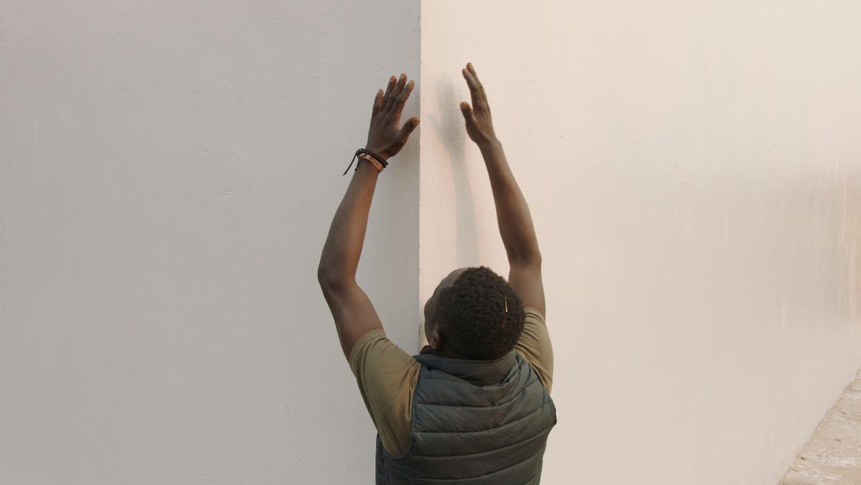 Matthieu Kasiama bij de White Cube in Lusanga in Congo.  Beeld Renzo Martens