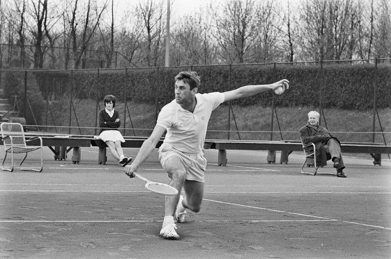 Tijdens de Daviscup: in de wedstrijd Nederland-Oostenrijk kwam Van Eijsden in actie tegen Detlef Herdy (1964). Beeld Hollandse Hoogte /  ANP