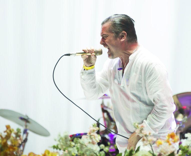 Mike Patton spuwt gal en bloederige longinhoud in de microfoon tijdens 'The Gentle Art of Making Enemies'. Beeld Alex Vanhee
