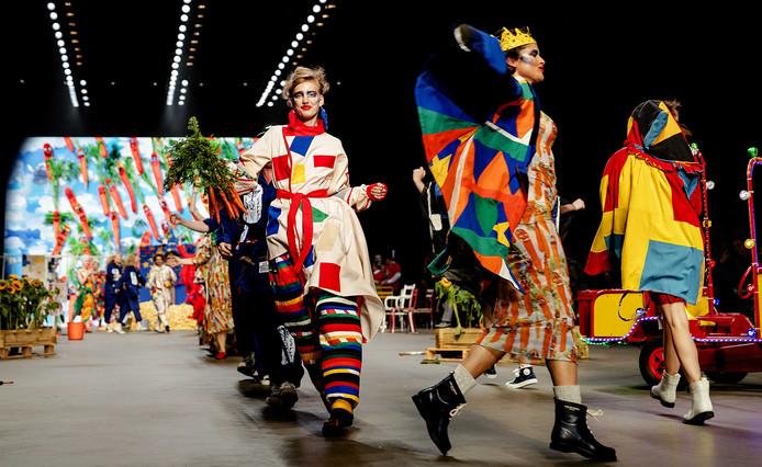 Modellen op de catwalk bij de show van Bas Kosters tijdens de Amsterdam Fashion Week in de Westergasfabriek in Amsterdam.