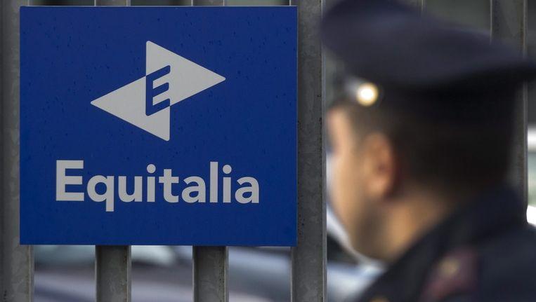 Politie voor de ingang van belastingkantoor Equitalia in Rome. Beeld afp