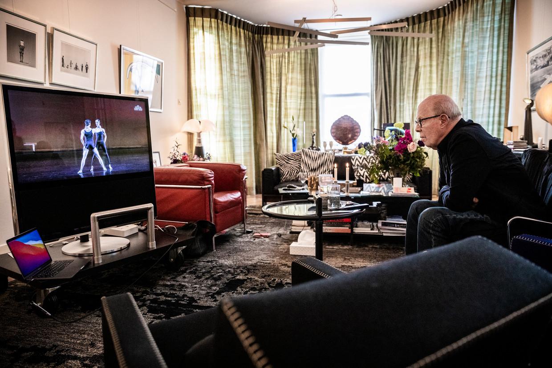Hans van Manen kijkt thuis naar de livestream van de Hans van Manen Variations: 'Wil een cameraman een dansfilm maken, dan creëert hij zelf maar een ballet.' Beeld Jiri Büller / de Volkskrant
