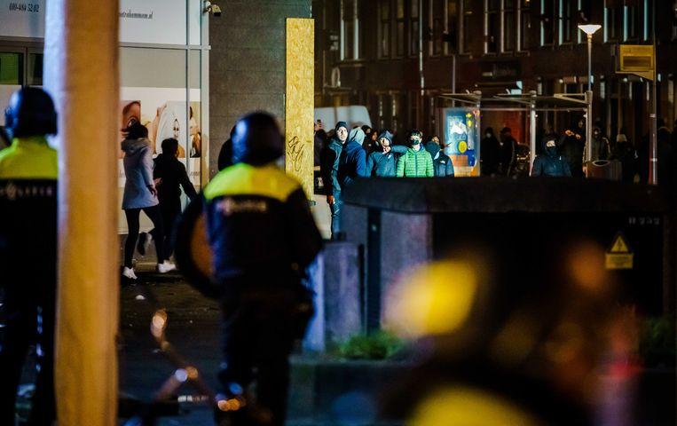 Een grote groep jongeren zoekt de confrontatie en bekogelt de aanwezige politie met stenen en vuurwerk.  Beeld ANP