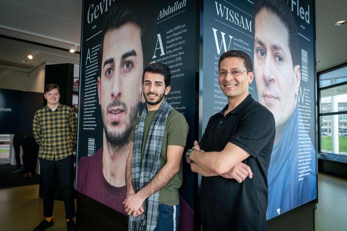 Abdulla uit Irak en Wissam uit Syrië bij hun portretten in Airborne at the Bridge bij de expositie 'Gevlucht'. Op de achtergrond links fotograaf en filmmaker Steve Gijrath.