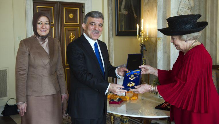 De Turkse president Gül en zijn echtgenote Hayrunissa krijgen onderscheidingen van koningin Beatrix, gisteren in het Paleis ip de Dam in Amsterdam. Beeld ANP