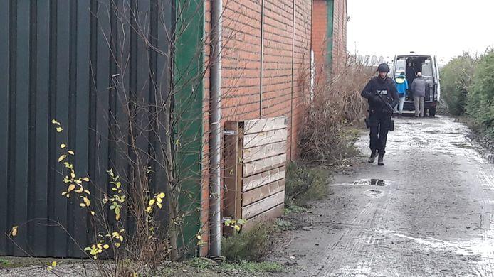 Zwaarbewapende agenten bij de loods