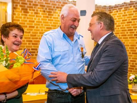 Gerben (61) sleurt gehandicapte Tsjech van spoor in Ommen en krijgt erepenning: 'Waar heb ik dit aan te danken?'