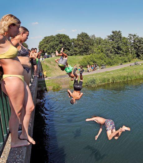 Beveiligers bij brug om springer te wijzen op 'levensgevaarlijke' sprong