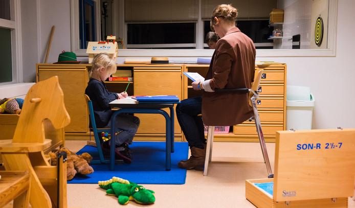 Foto ter illustratie. Een jeugdhulpverlener in gesprek met een meisje in een jeugdhulpverleningscentrum.