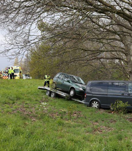 Automobilist wordt onwel en komt tegen boom tot stilstand bij afrit A50 in Epe