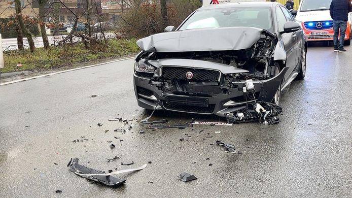 De Jaguar raakte zwaar beschadigd.