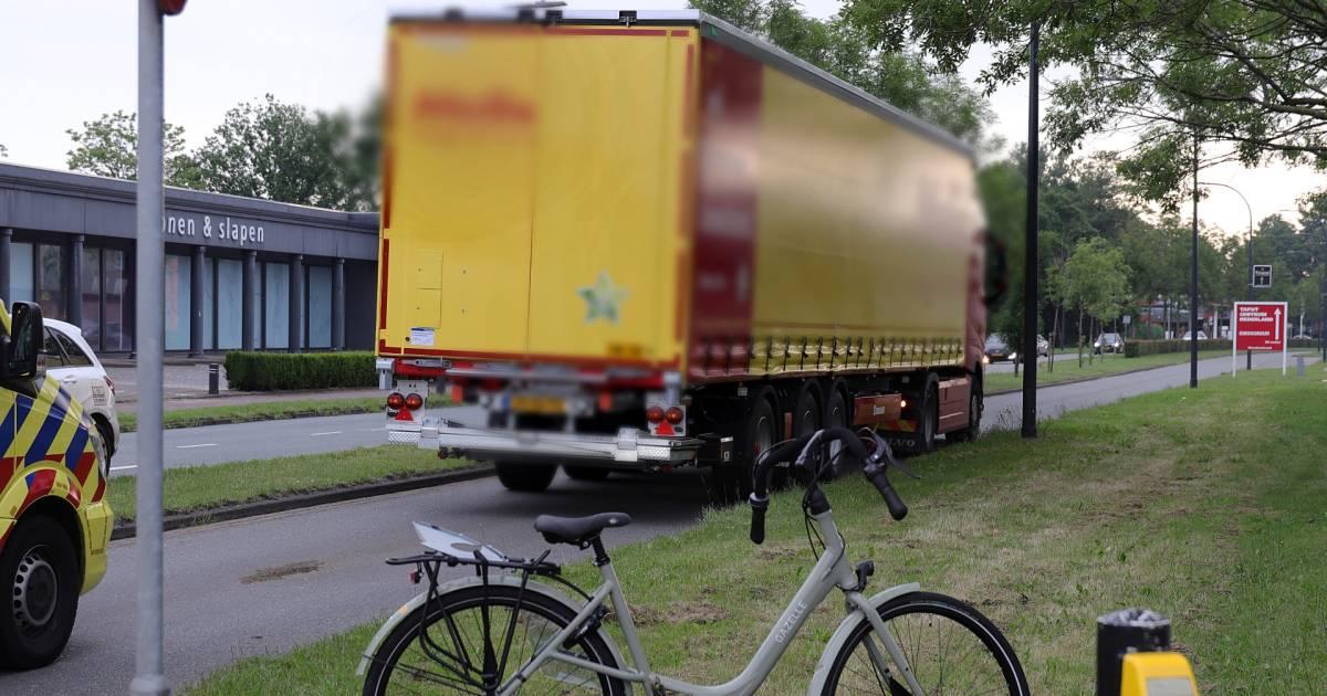 Fietsster aangereden door vrachtwagen als ze weg oversteekt in Waalwijk.