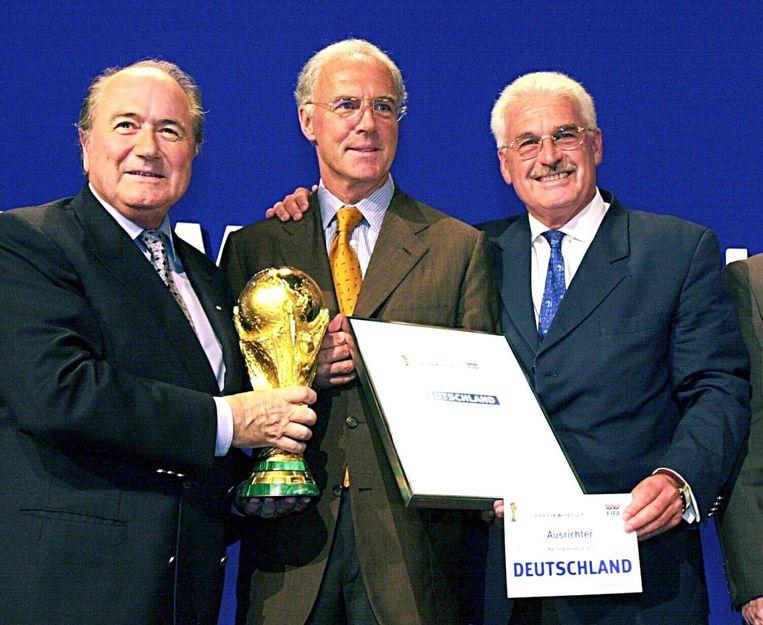 Beckenbauer (midden) met FIFA-voorzitter Blatter (links) en Fedor Radmann na de toewijzing van het WK in 2000. Beeld epa