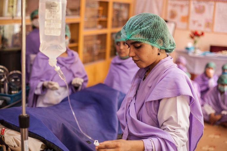 Een verloskundige van Healthnet TPO aan het werk in Afghanistan.  Beeld HealthNet TPO