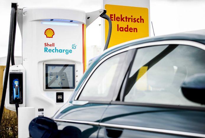 Een laadpaal bij een Shell-tankstation die is aangesloten op een 'superbatterij' die snelladen mogelijk maakt