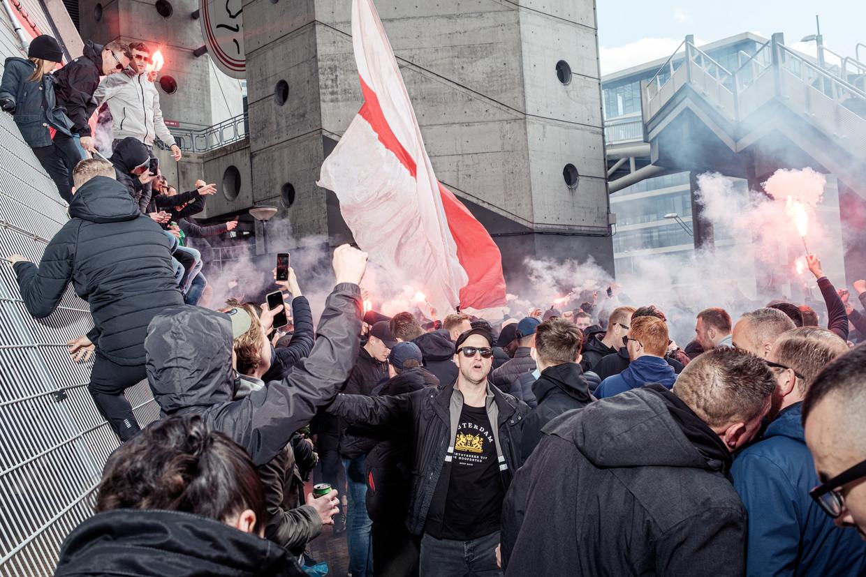Ajax-supporters vieren het kampioenschap bij de Johan Cruijff Arena in Amsterdam.  Beeld Jakob van Vliet