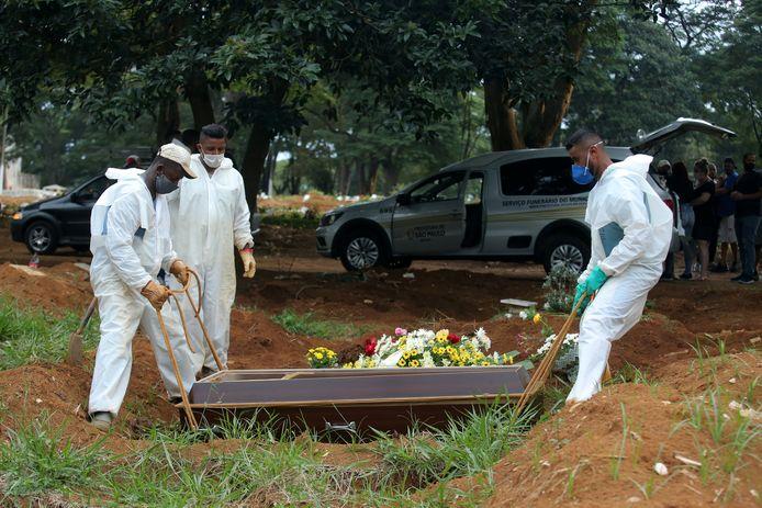Een slachtoffer van het coronavirus wordt in São Paulo begraven.