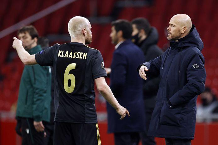 Erik ten Hag geeft aanwijzingen aan Davy Klaassen, de maker van de 1-0.