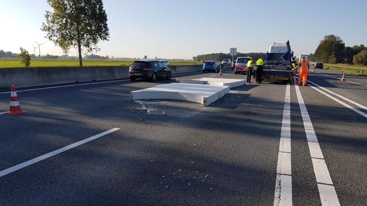 Betonplaten blokkeerden A28 richting Zwolle