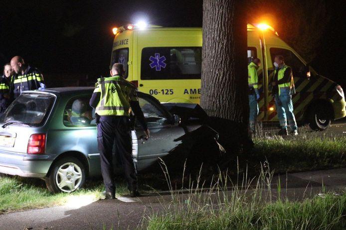 Een auto is op de Zutphenseweg frontaal tegen een boom gebotst.
