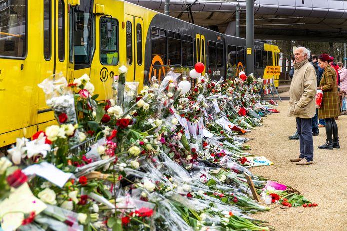 Bloemenzee op de herdenkingsplek van het schietincident op het 24 Oktoberplein, de dag na de stille tocht.