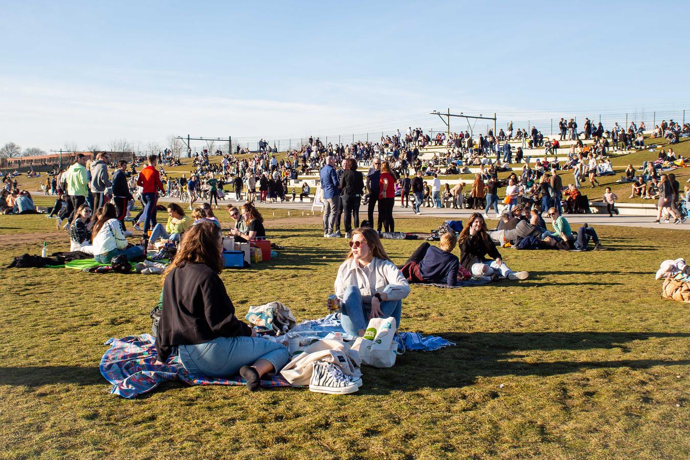 De eerste lentezon zorgde afgelopen weekend voor drukte in het Spoorpark.