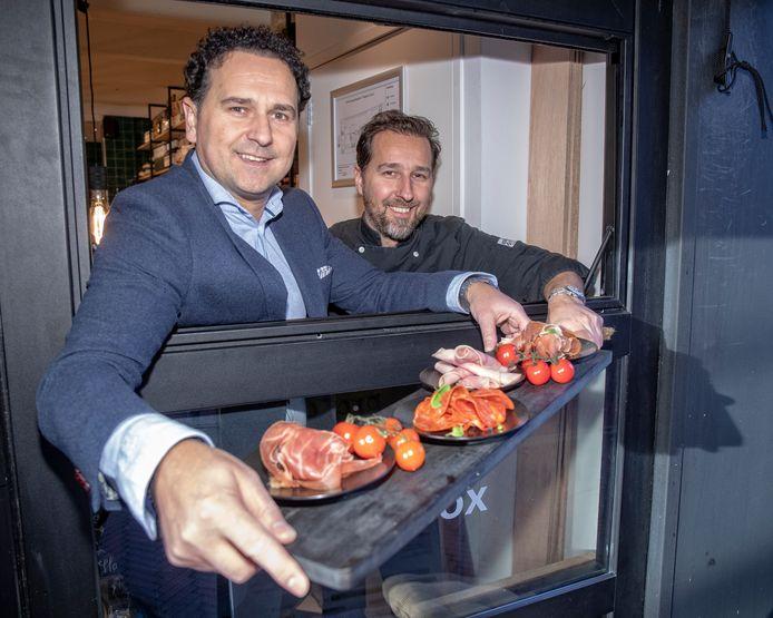 De broers Nikos (l) en Alekos Baloumis van het restaurant Proto.