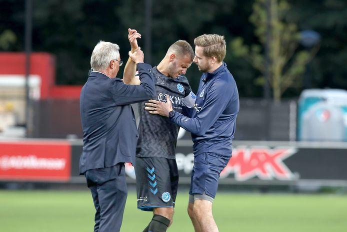 Danny Verbeek raakte maandag al na 30 seconden geblesseerd.   De Graafschap Player Danny Verbeek leaves injured the pitch after 1 minute