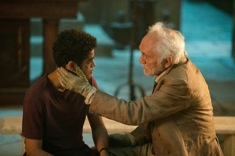 Will Parry (Amir Wilson) en Giacomo Paradisi (Terence Stamp) in 'His Dark Materials'. Beeld BBC/© Bad Wolf/HBO