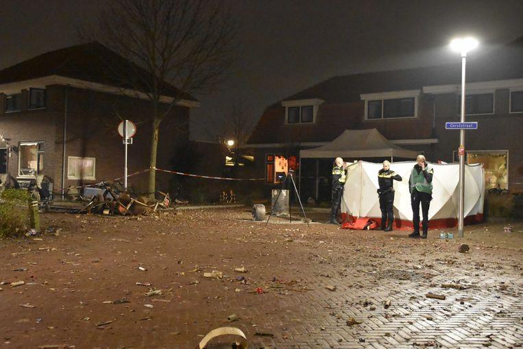 Hulpdiensten bij een woning aan de Gerststraat in Enschede waar een dode man werd aangetroffen. Waarschijnlijk is het slachtoffer door een explosie om het leven gekomen.