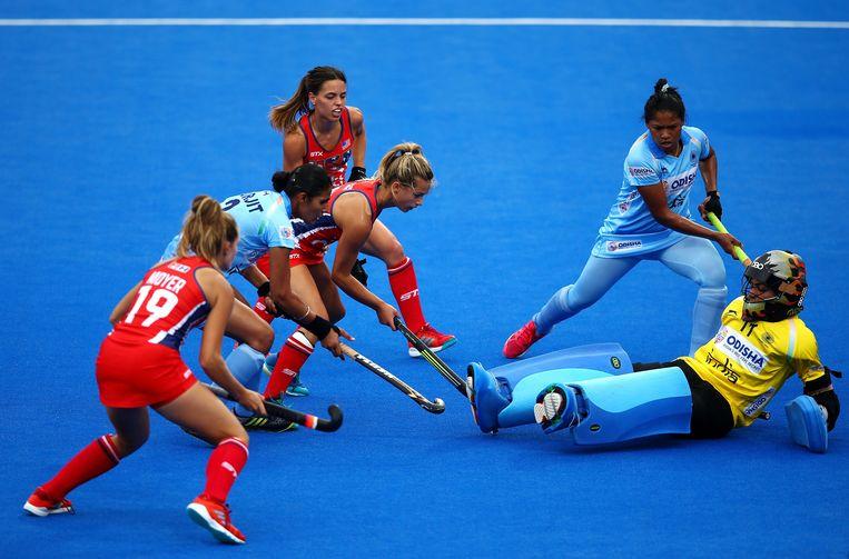 Amerika belaagt de Indiase keeper Savita. De wedstrijd eindigde in 1-1, daarmee waren de Amerikanen uitgeschakeld op het WK. Beeld GettyImages