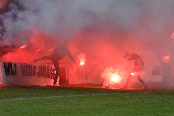 De harde kern van EGS'20 zorgt voor sfeer tegen Vitesse'08. Het afsteken van fakkels komt de club echter duur te staan.