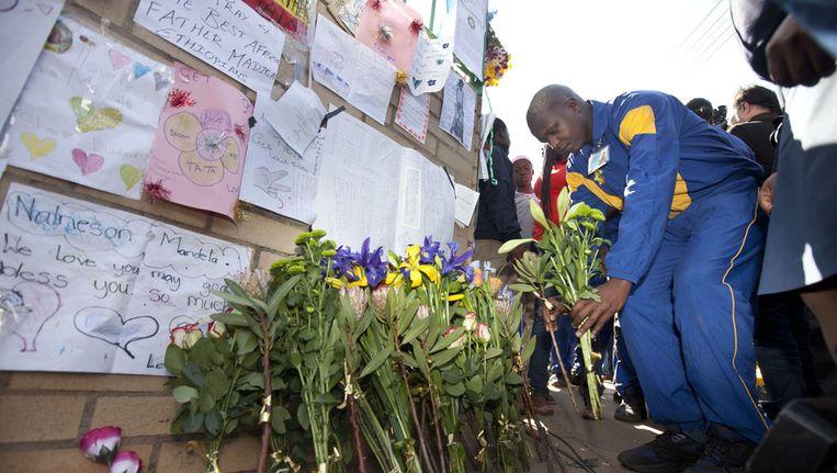 Politiekadetten leggen bloemen neer bij de kliniek waar Mandela wordt behandeld. Beeld ap