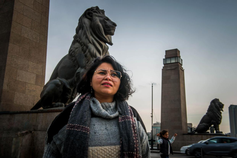 Asmaa Abdelhamed op de Kasr al-Nile-brug in Caïro: 'Ik heb geen studie afgerond, maar door op mijn eigen manier alles te leren, ben ik toch ver gekomen'.