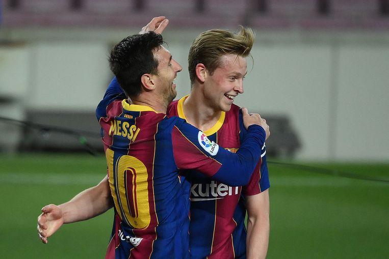 Lionel Messi (link.) en Frenkie de Jong  vieren het derde doelpunt in de thuiswedstrijd tegen Getafe 0- 22 april, 2022.   Beeld AFP
