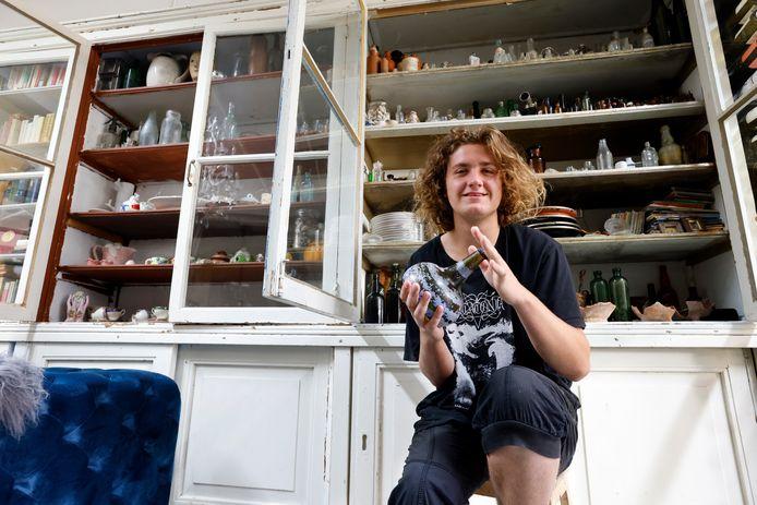 Tristan Tange heeft thuis honderden gevonden flessen in de kast staan.