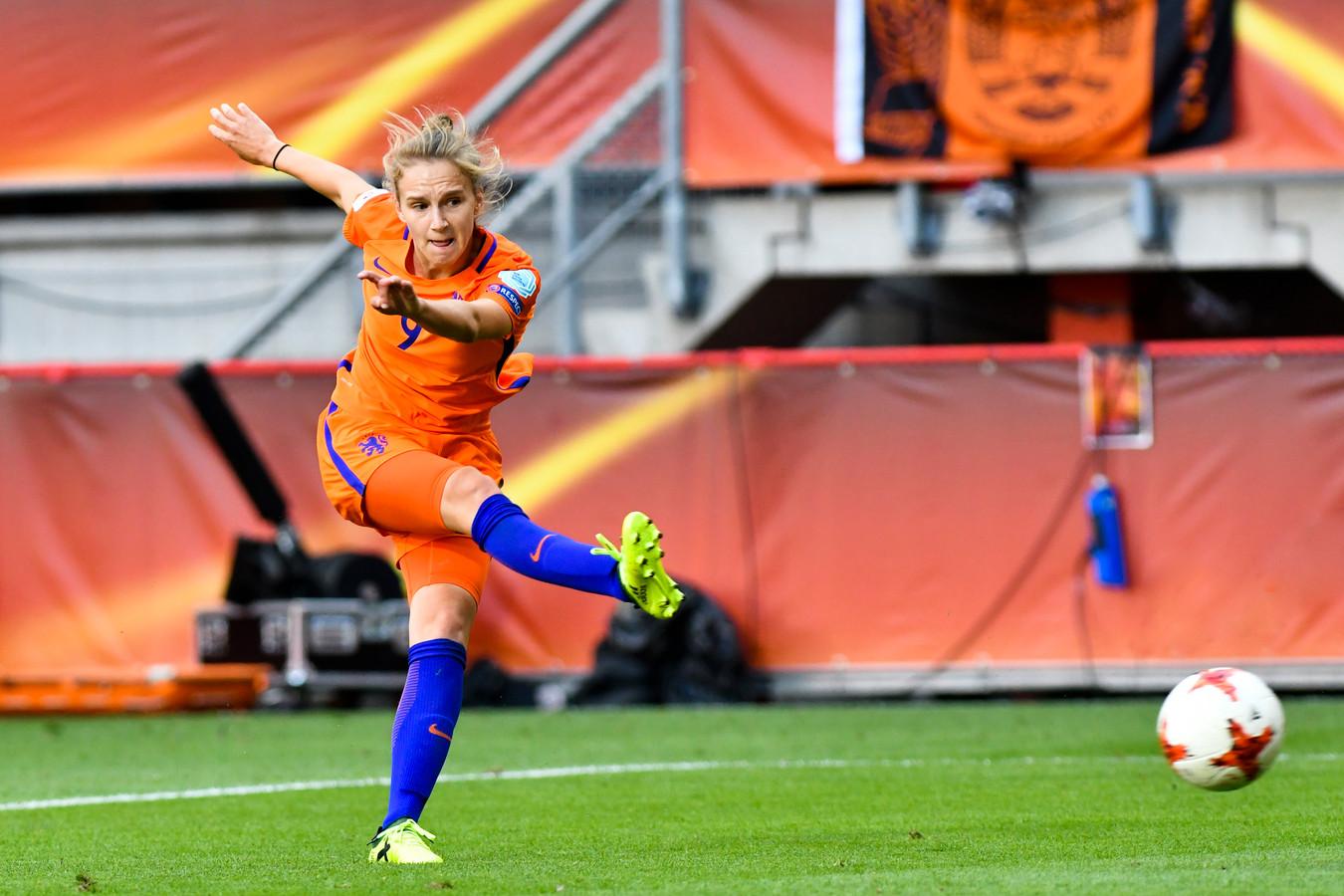 Vivianne Miedema haalt uit in de gewonnen EK-finale van vorig jaar tegen Denemarken.