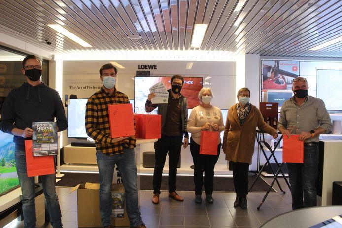 De trekking van de winnaars werd coronaproof gehouden in de winkelruimte van Electro Service Timmermans.