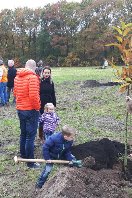 Een lach en een traan bij planten van eerste boompjes voor levensbomenbos in Rosmalen