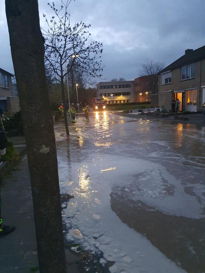 Hulpdiensten proberen het water weg te krijgen.