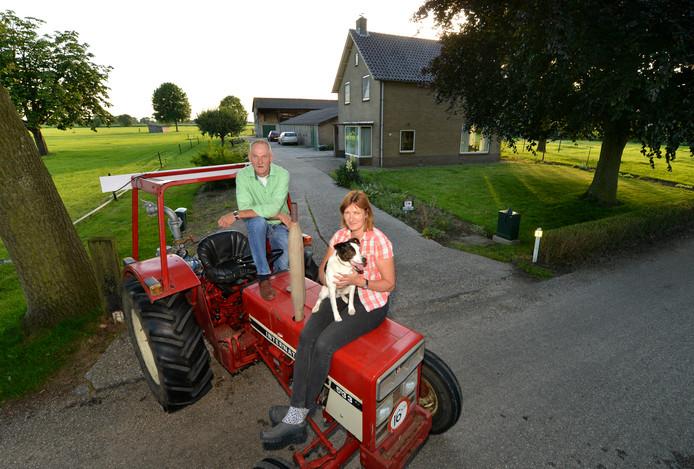 Joop Kromwijk met zijn vriendin Petra Vaessen voor de nieuwe boerderij. De oude brandde 50 jaar geleden af.